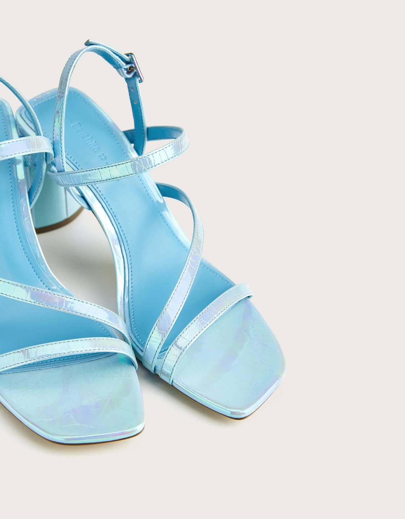 Sandalia tacón tiras iridiscentes