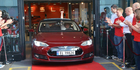 El primer Tesla Model S europeo se entrega en Noruega