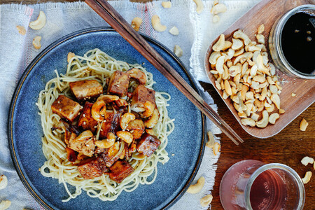 Tofu asado con nueces de la India y salsa de soya dulce. Receta fácil y saludable