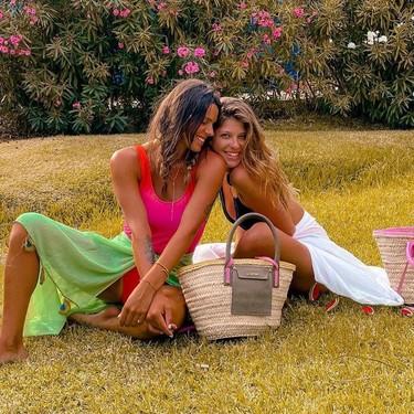 Laura y Anita Matamoros son ahora super amiguis: con el viento de Tarifa se voló el mal rollo (y alguna peluca)