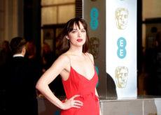 Dakota Johnson o cómo brillar en un sencillo pero especial vestido rojo en los Bafta 2016