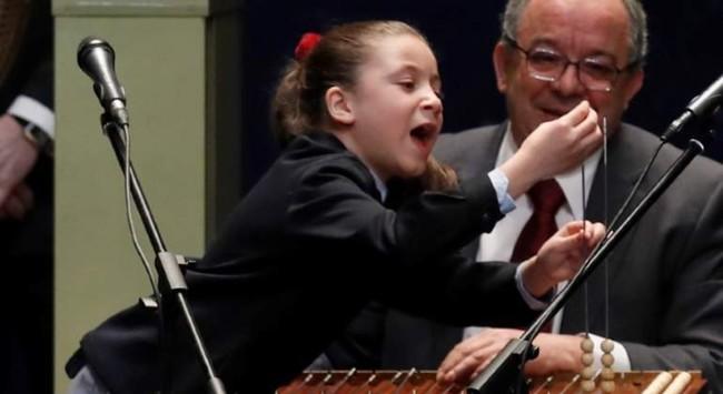 Miiiiil eeeeuroooos: la niña de San Ildefonso que ha montado un espectáculo durante el sorteo de El Gordo