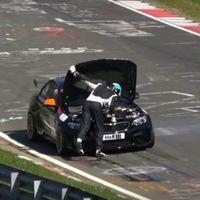 Una lección de todo lo que no hay que hacer si se te para el coche en Nürburgring en plena carrera