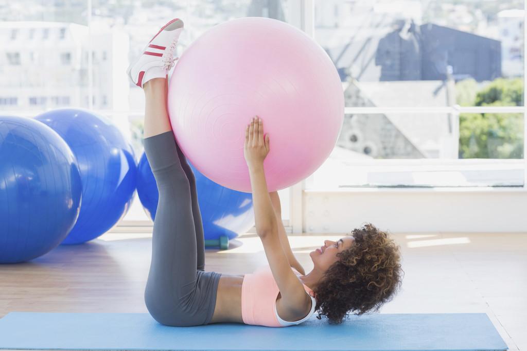 11 ejercicios con fitball para entrenar todo tu cuerpo en tu propia casa