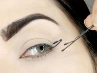 "El truco para conseguir un ""cat eye"" perfecto estaba en una simple horquilla, ¡brillante!"
