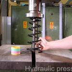 ¿Qué pasa cuando metes un muelle de la suspensión en una prensa hidráulica? Pues... este vídeo