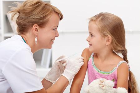 ¿Cómo aliviar el dolor de las vacunas en bebés y niños? Estas son las recomendaciones de la OMS