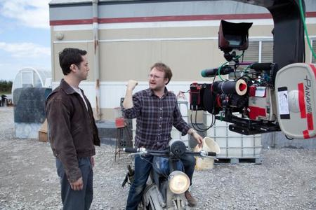 Rian Johnson habla con Joseph Gordon-Levitt en el set de Looper