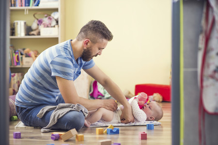 Las prestaciones por paternidad superan por primera vez a las de maternidad