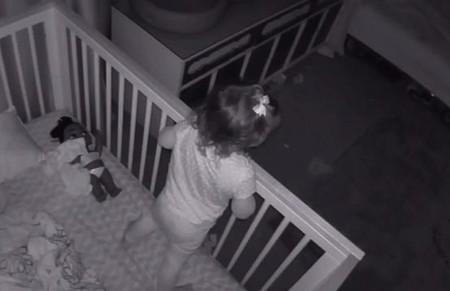 El tierno vídeo viral de un niño que ayuda a su hermana pequeña a salir de la cuna para dormir juntos en su cama