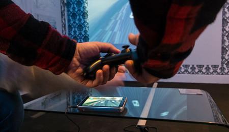 ZTE Spro Plus proyectando y ejecutando un videojuego con el mando conectado