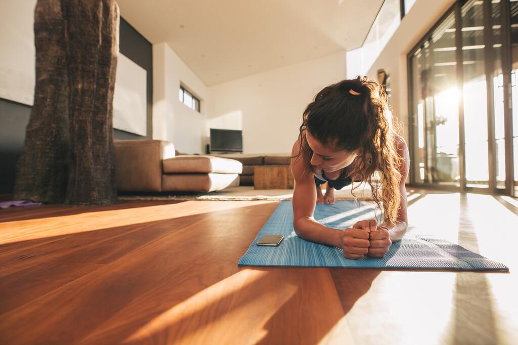 Los siete mejores ejercicios que te ayudan a adelgazar después de Navidad y que puedes hacer en el salón de tu casa