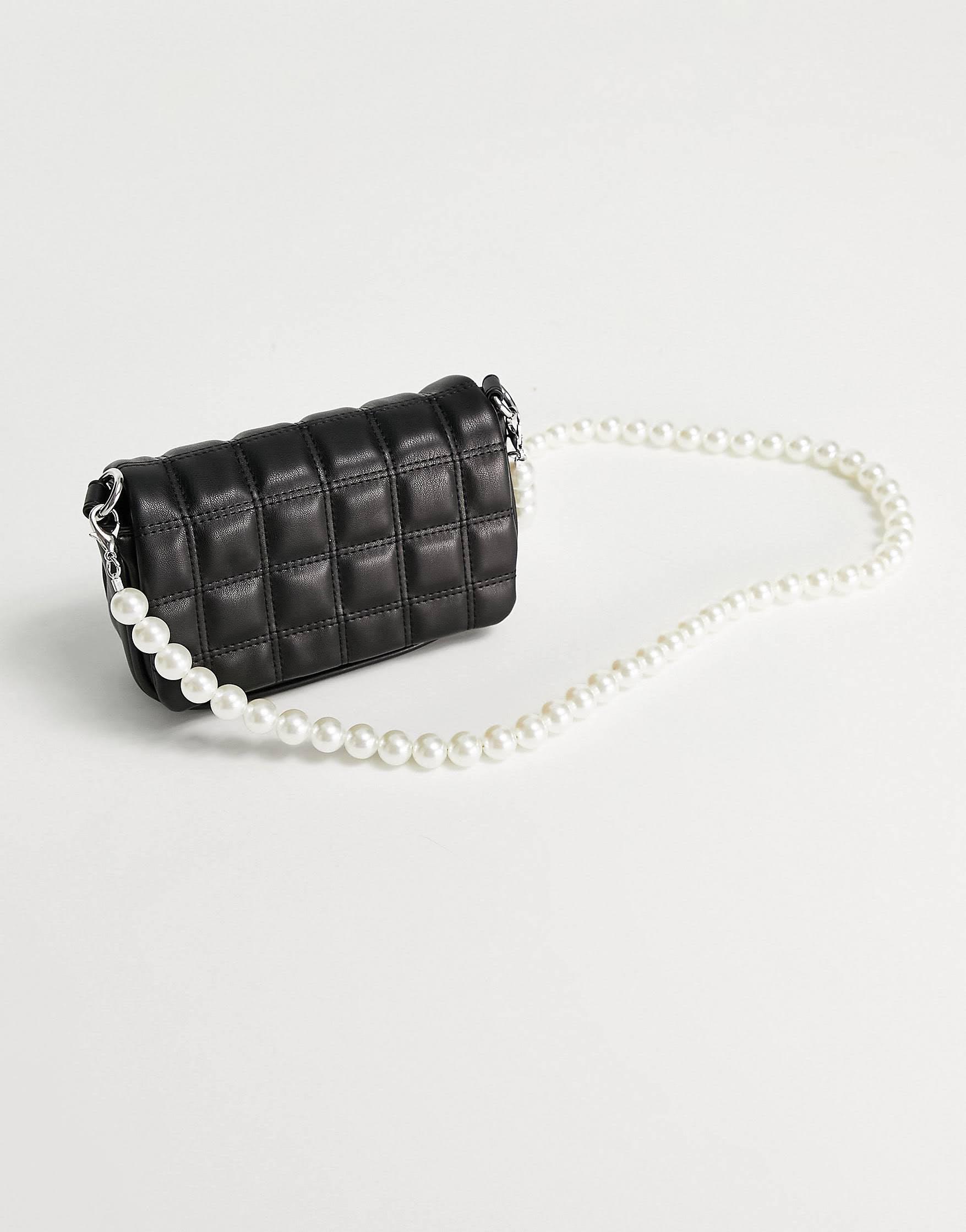 Bandolera negra con diseño acolchado y correa de perlas de Skinnydip