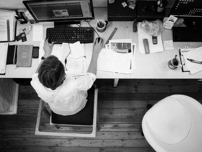 Trabajar demasiadaso horas puede propiciar un derrame cerebral