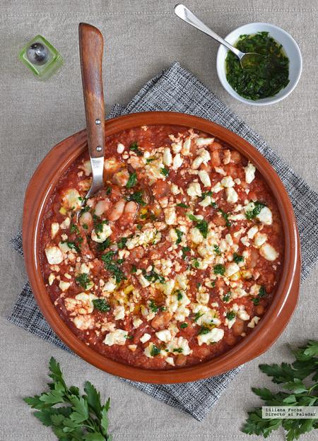 alubias al horno con salsa de tomate, cuscús y queso feta