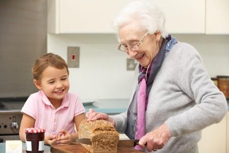 Abuela Con Nieta Cocina