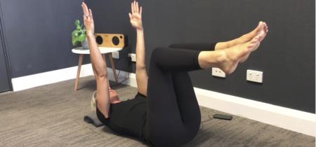 Dead bug: un sencillo ejercicio de Pilates para trabajar tu core