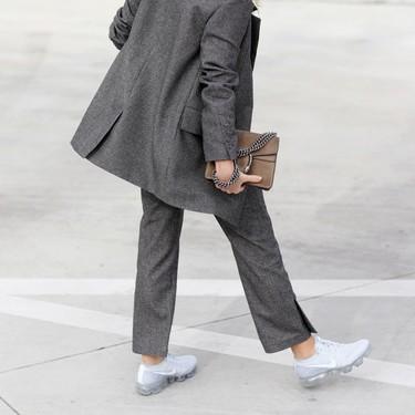 Las zapatillas deportivas son tan versátiles que pueden acompañarte al trabajo (¡palabra!)