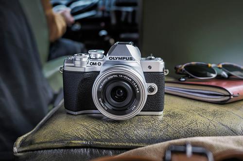 Olympus E‑M10 Mark III, Canon EOS M100, Sony A7 III y más cámaras, objetivos y accesorios en oferta: Llega Cazando Gangas