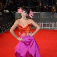Lily Allen pone el toque surrealista a la alfombra roja de los BAFTA