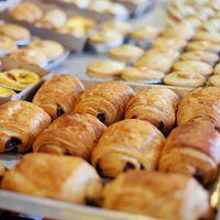 Un panadero en México patentó una máquina que puede limpiar charolas de pan en un segundo