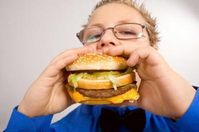 La comida basura podría reducir el rendimiento escolar en los niños