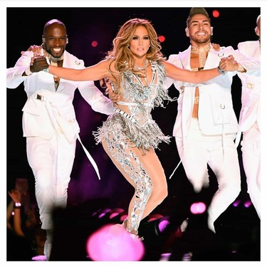 Jennifer Lopez sorprende con dos manicuras en la Super Bowl