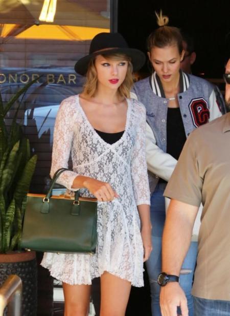 Duelo de amigas y sus extraños looks: ¿Karlie Kloss o Taylor Swift?