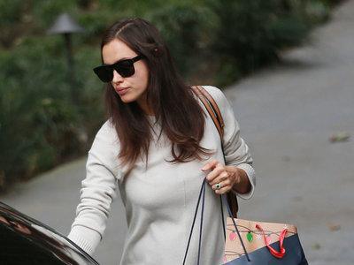 Irina Shayk luce anillazo (casi real) mientras que va de compras en California