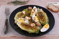 Ensalada de cogollos a la plancha con huevo y alcaparras. Receta saludable
