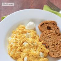 Huevos revueltos con cebolla y queso crema. Receta