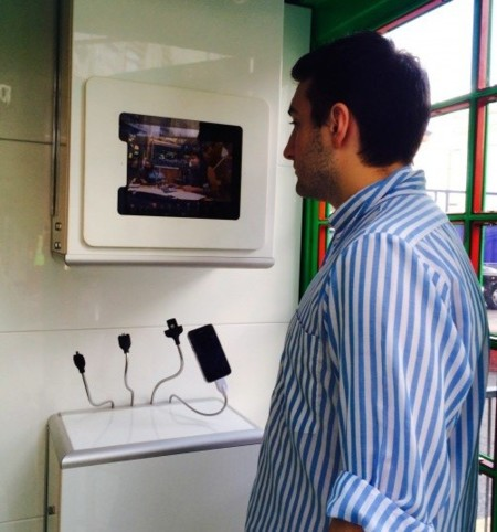 solarbox-phone-box-charging-2.jpg