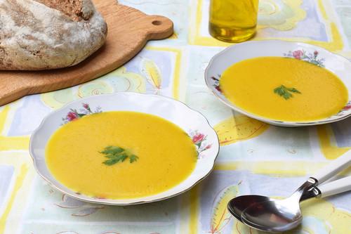Crema ligera de pimiento amarillo y calabacín: receta saludable para tomar fría o caliente