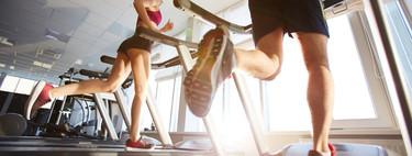 Correr en cinta de gimnasio sería muy similar a correr en superficie, aunque por supuesto no es igual que entrenar al aire libre