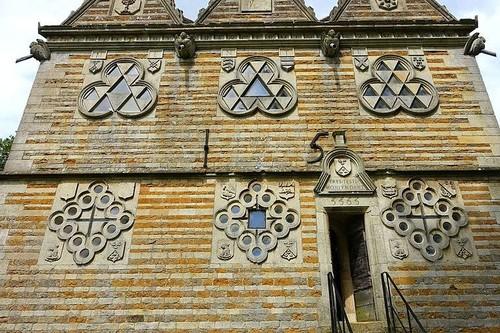 En este edificio todo está triplicado y exhibe una clara obsesión por el número 3