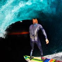 Leroy Bellet fotografía a los surferos con su equipo completo dentro de las olas de barril