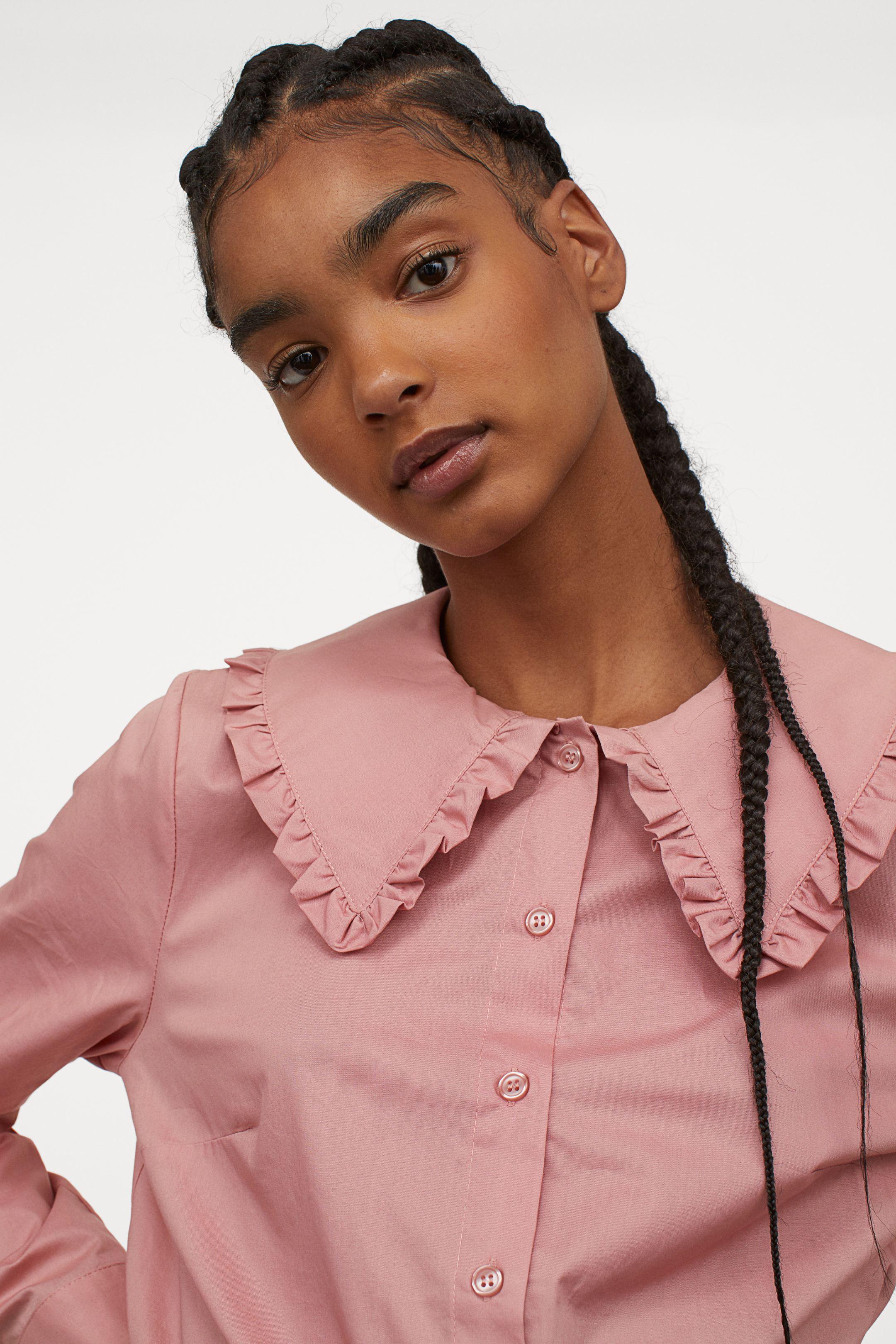 Camisa rosa con cuello bobo