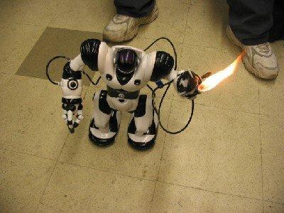 Un RoboSapiens con lanzallamas