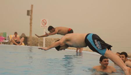 Las zambullidas en piscina y el riesgo de lesión grave