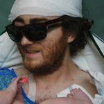 Las emotivas imágenes de un padre enfermo de cáncer que sale de la UCI para presenciar el nacimiento de su bebé