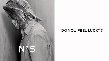 Chanel juega a las adivinanzas con Brad Pitt en la primera imagen para Chanel No. 5, ¿respondes?