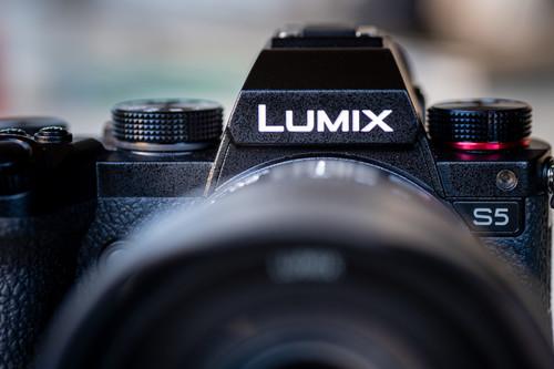 Panasonic Lumix S5, una técnica de Natalia Taffarel, Richard Avedon y más: Galaxia Xataka Foto