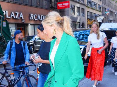 El inconfundible estilo de Sienna Miller ha vuelto en forma de traje-pantalón de color verde esmeralda