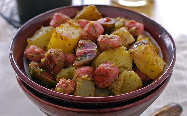Ensalada de patata al pesto con salchichas: receta alemana con toque italiano