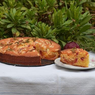 Receta de pastel de ciruelas, almendra y romero: un esponjoso bizcocho de fruta para el final del verano