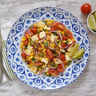 Salteado de maíz, queso feta y tomate con albahaca: receta saludable, rápida y rica de verano