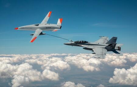 Así es como un F-18 ha repostado por primera vez gracias a un dron autónomo de Boeing