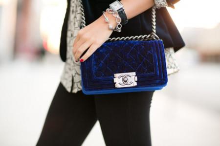 Pequeño y de terciopelo, así es el bolso de Chanel preferido de Miroslava Duma