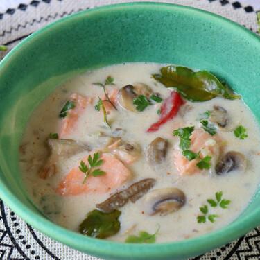 Receta de sopa thai de salmón y setas, cocinada en leche de coco