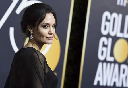 Angelina Jolie suma años con su peinado en los Globos de Oro 2018
